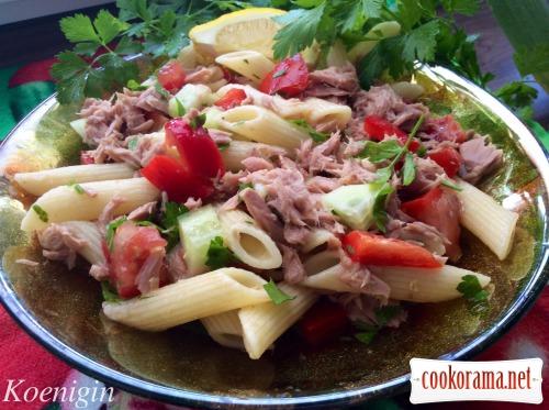 Теплий салат з тунцем і макаронами