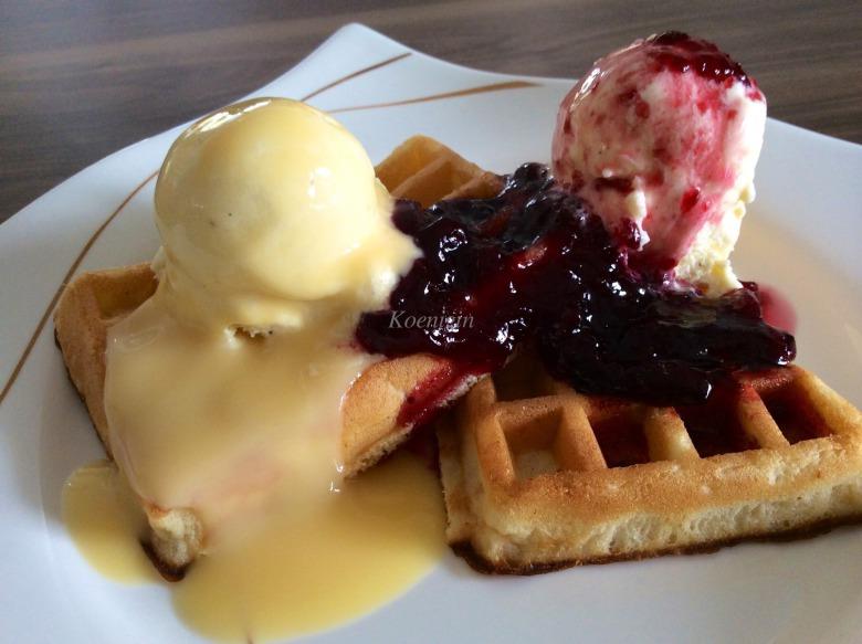 Бельгійські вафлі з морозивом і теплим вишневим соусом