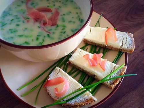 Суп-крем зі спаржі з цибулею-шніт і сиров'яленою шинкою