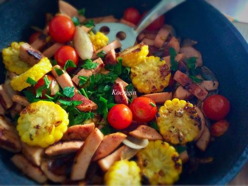 Смажена ковбаса з овочами