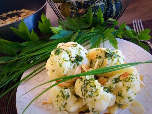 Цветная капуста под сливочным маслом с чесноком, зеленью и миндальными лепестками