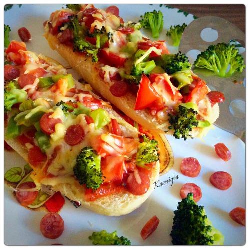 Міні-багети запечені з броколі і салямі