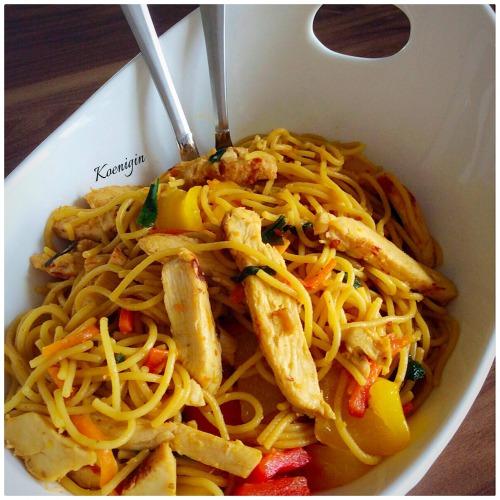 Лапша с овощами и курицей в китайском стиле