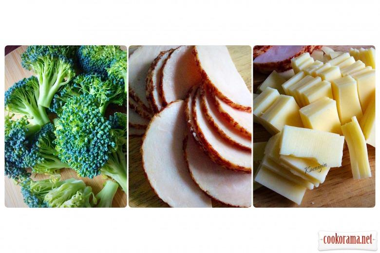 Омлет з копченою куркою і броколі