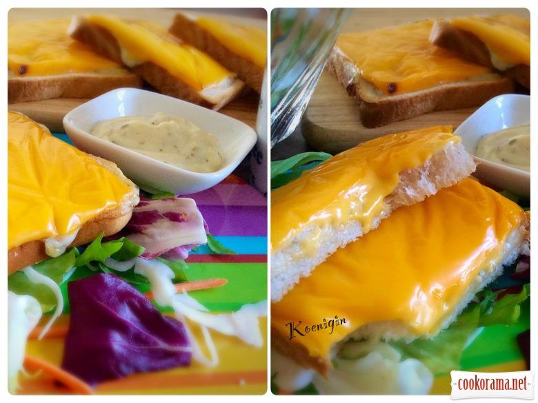 Часниковий соус і гарячі тости з сиром Chester