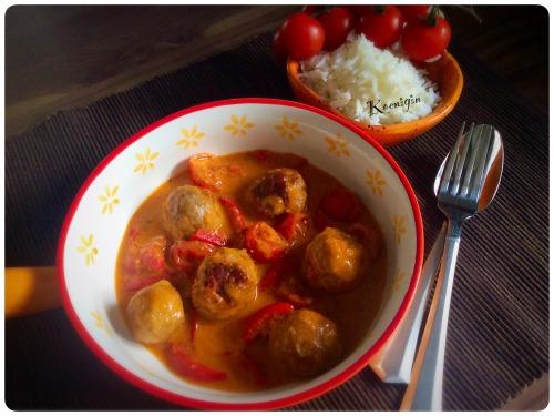 Міні-фрикадельки в томатно-вершковому соусі з морквою, помідорами-чері і перчиком