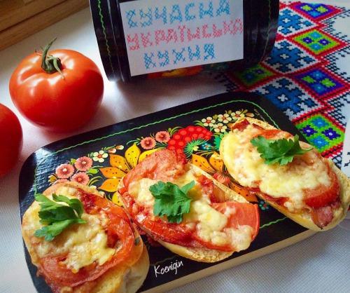Потапці з грудинкою та помідорами