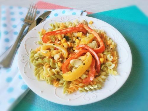 Індичка з солодким перцем і кукурудзою у вершковому соусі