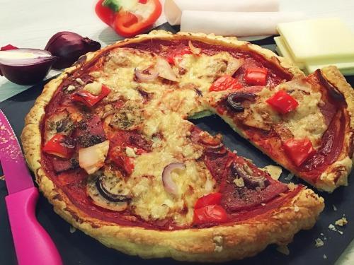 «Лінива» піца на листковому тісті
