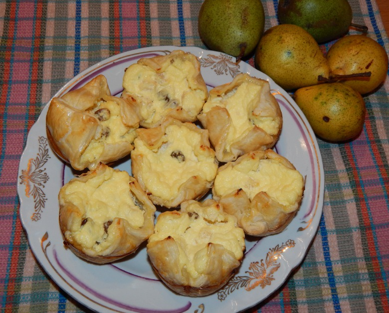Curd cakes in puff pastry