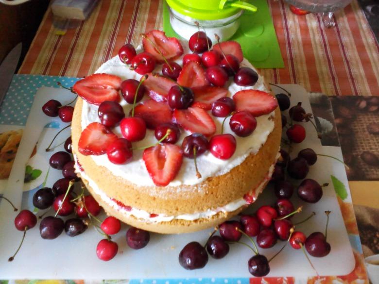 Торт бисквитно-клубничный