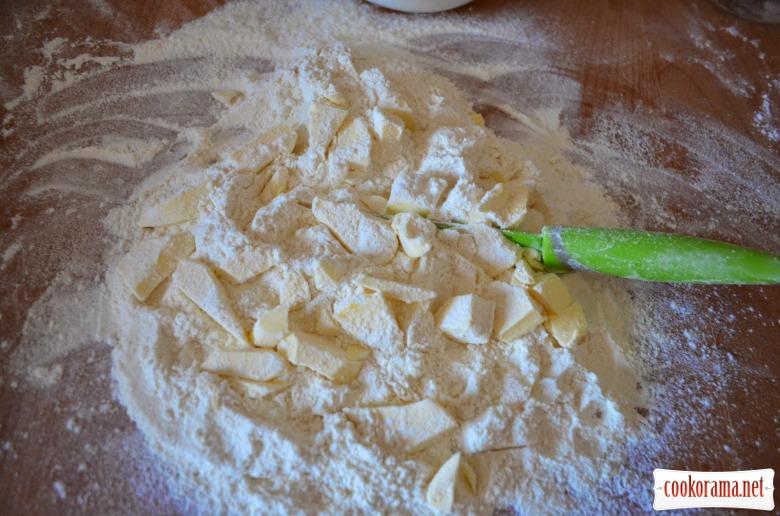 Ніжний полуничний пиріг з маренгою