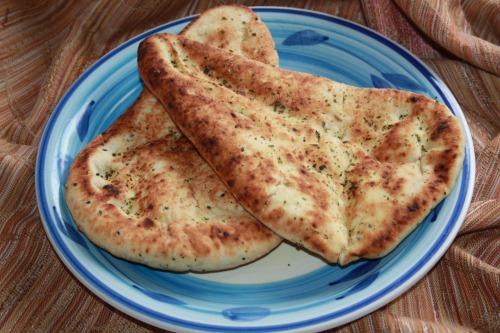 Індійський хліб наан з часником та коріандром