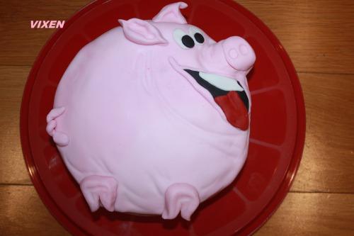 """Торт """"Весела свинка"""" (кофейно-горіховий з абрикосовим мармеладом)"""