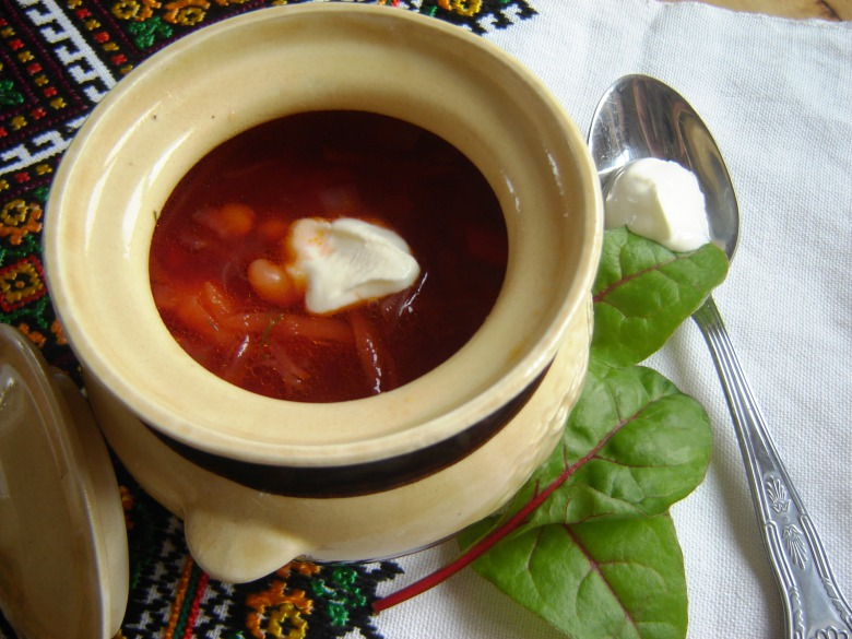 Lean borsch with prunes in clay pots