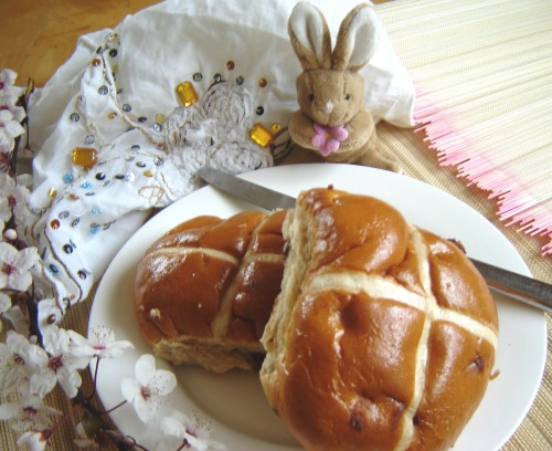 British Easter buns with hot chocolate and butterscotch (hot cross buns)