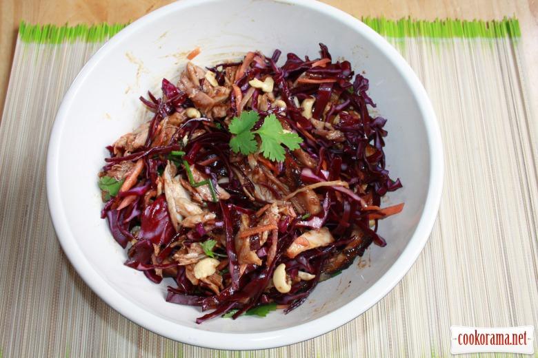 Салат по-азіатськи з куркою та арахісом