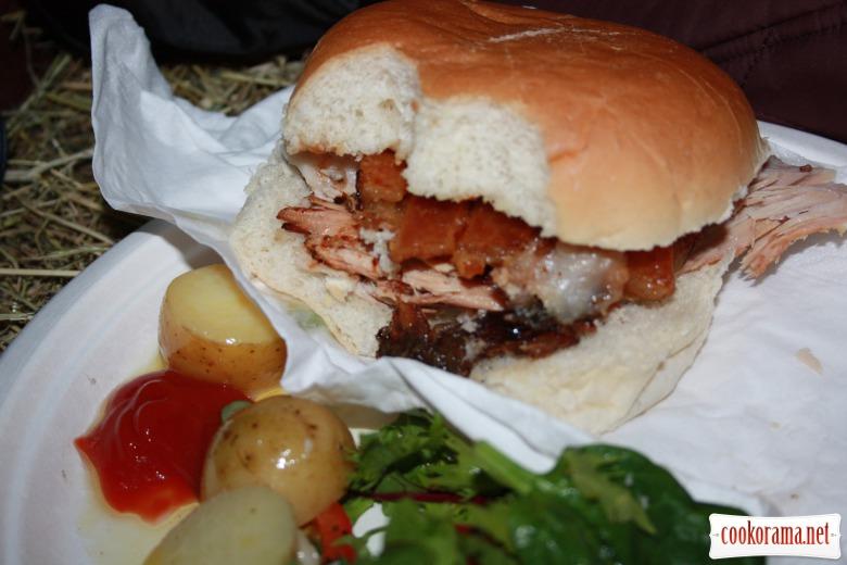 Традиційний «Hog roast» або свинка запечена на шомпурі ;-) з шкварками