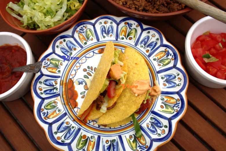 Tacos з ароматним гострим фаршем по -мексиканськи та сальсою