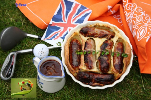 Toad in the hole with red onion gravy (или лягушка в норке с подливкой из красного лука;-)