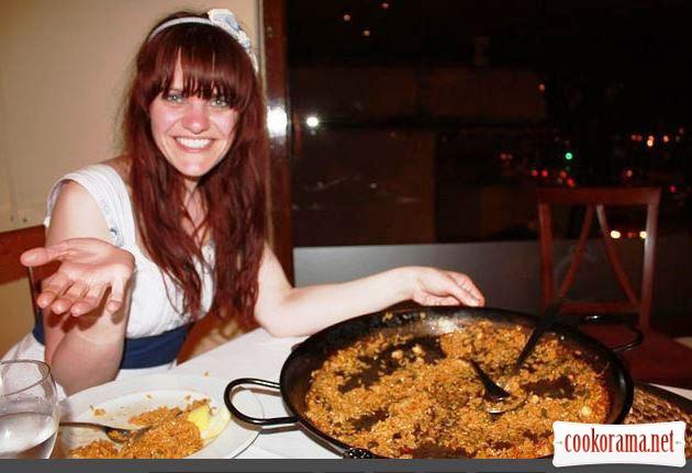 Паэлья с креветками, курицей и колбасками чоризо