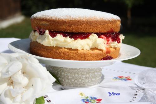 Victoria sponge або бісквіт королеви Вікторіі з малиновим джемом
