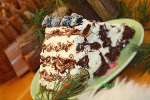 """Торт """"Смерекова хатка під снігом"""" з чорносливом та горіхами"""