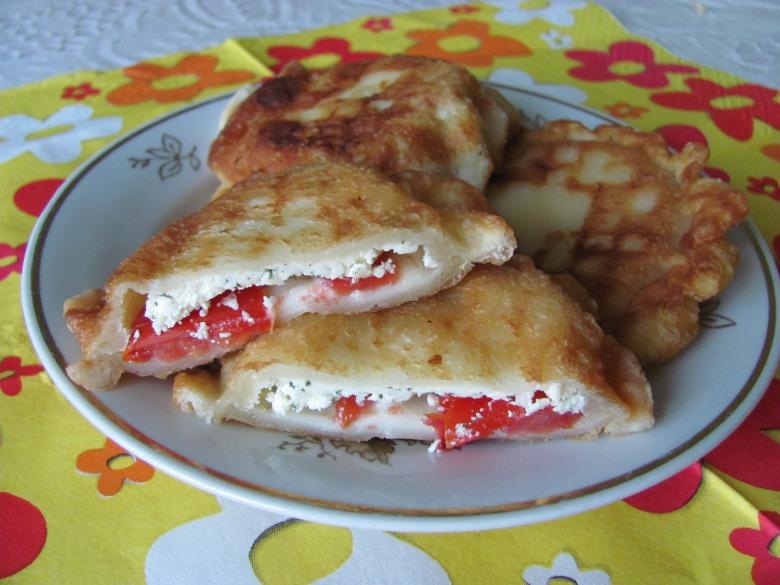 Пиріжки-бомбочки з помідорами