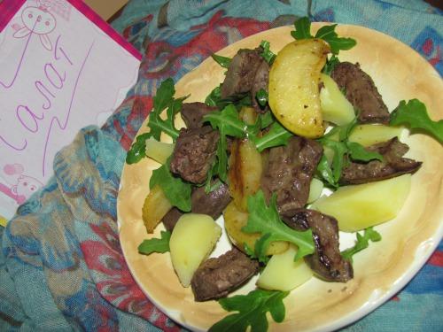 Теплий салат з печінкою індички