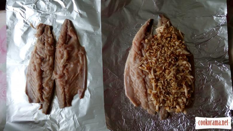 Запечена скумбрія з горіхами, сиром та діжонською гірчицею