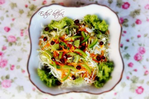 Салат зі моркви та капусти з вітамінними додатками.