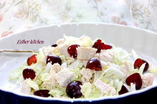 Салат з пекінської капусти, курятини та червоного винограду