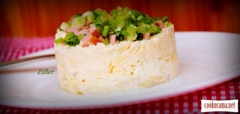 Салат ніжний з сирним соусом.