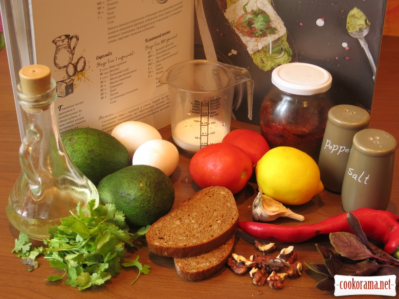 Тост з гуакамоле, скремблом та песто з в`ялених томатів