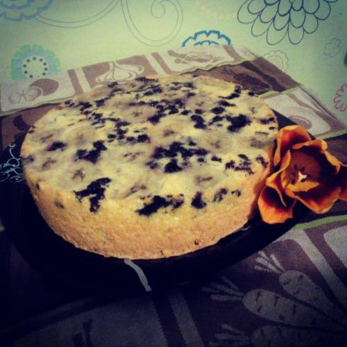 Бананово-черничный бисквитный пирог