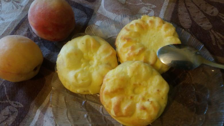 Сирні кекси-квіточки з персиком