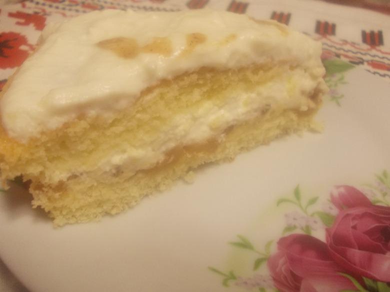 Нежный бисквитный торт с карамелизированными грушами