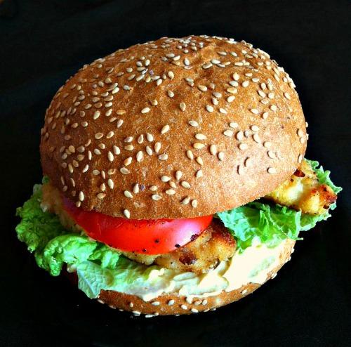 Кронбергер с курицей и сырно-горчичным соусом
