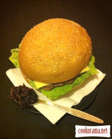 Бургер з яловичим стейком і цибулевим мармеладом