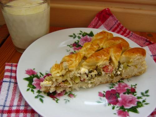 Дріжджовий пиріг з бринзою та зеленою цибулькою