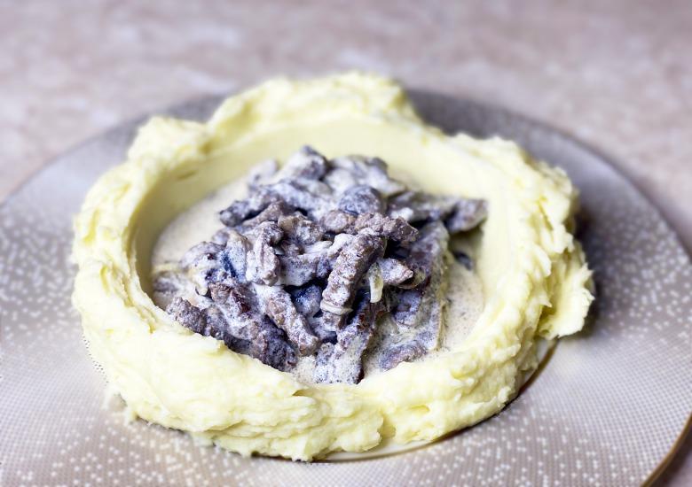 Бефстроганов з яловичини з грибами і Картопляним Пюре