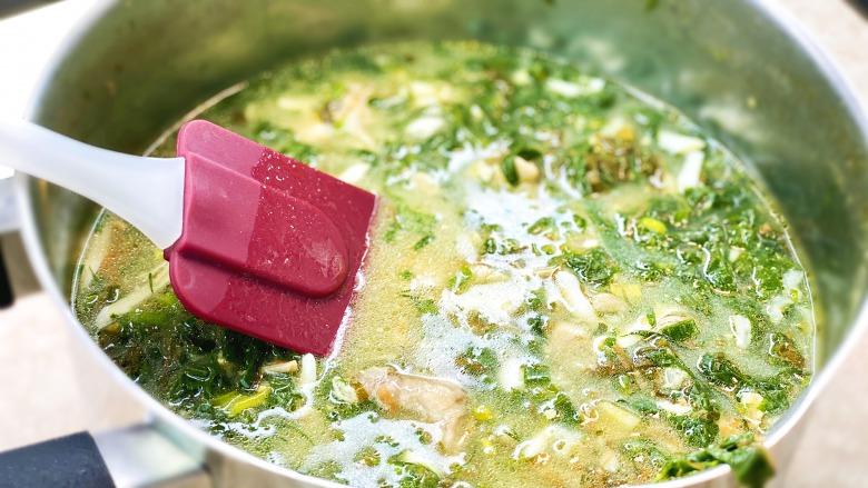Український борщ зі щавлем, шпинатом, зеленою цибулею і яйцем