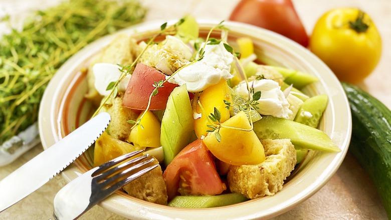 Смачний овочевий салат з сиром і сухариками