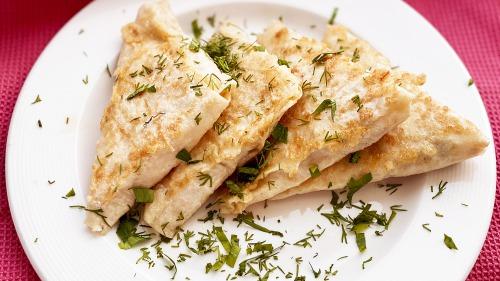 Конвертики із лаваша на сковороді з куркою та сиром за 10 хвилин