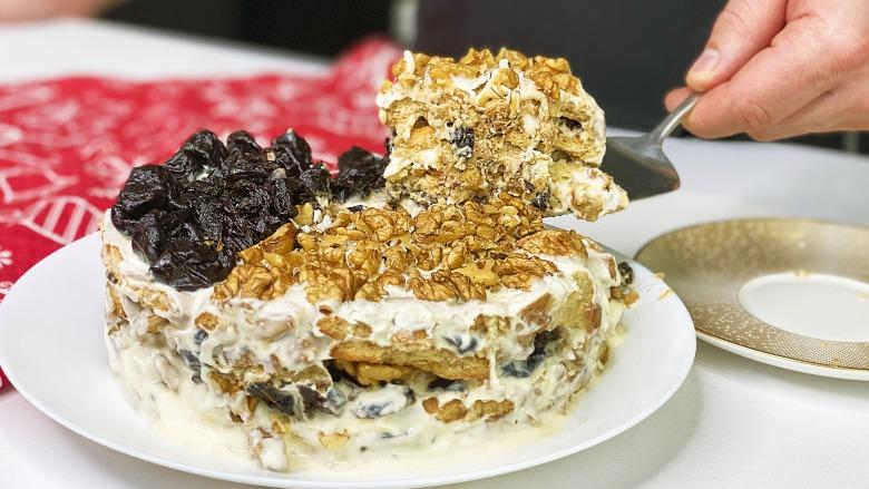 Без випічки! Райський торт зі сметанним кремом, горіхами і чорносливом за 15 хвилин