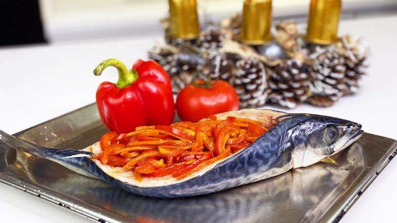 Смачно як в раю! Запечена Скумбрія в духовці з овочами за 20 хвилин - Недорого і корисно