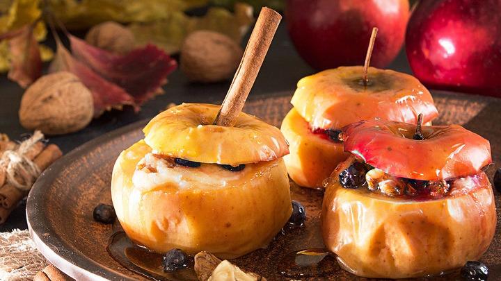 Запечені яблука з сиром, родзинками, корицею і медом в духовці рецепт