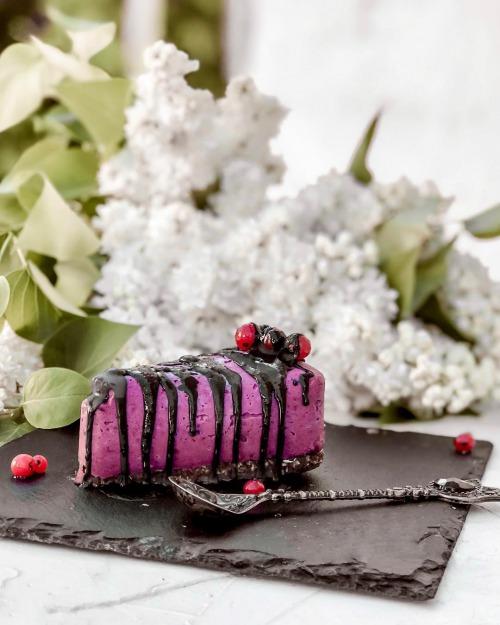 Кешью-кейк із ягодами, на шоколадно горіховій основі