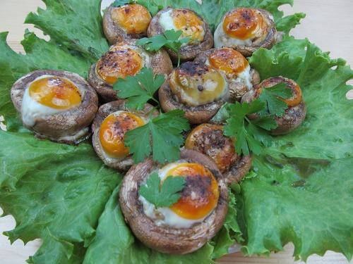 Фаршированные грибы перепелиными яйцами