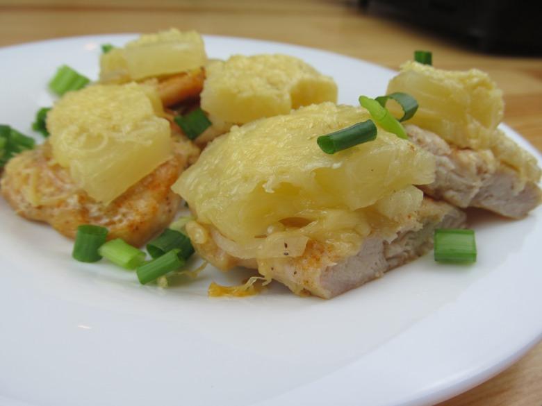 Куриное филе с ананасами в сырной шубке